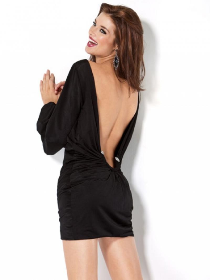 Короткое черное платье открытой спиной