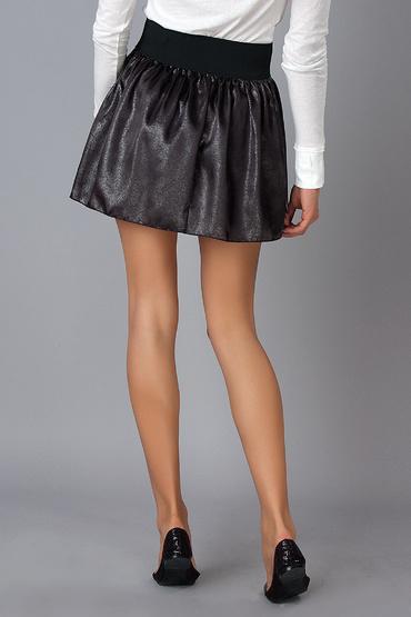 черная мини юбка с белыми кроссовками