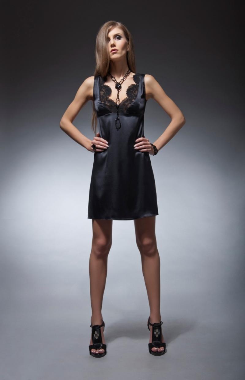 Платье черное короткое на бретельках